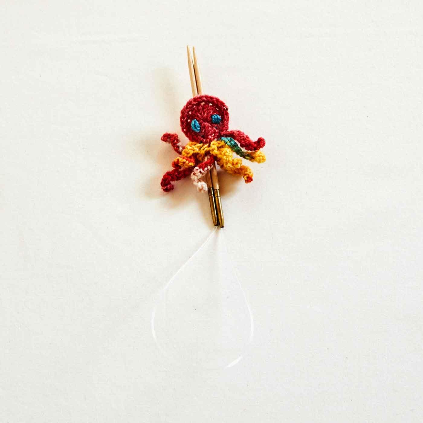 気仙沼のお母さんが手編みした、針ホルダーにもなる「ちびタコちゃん」付き。