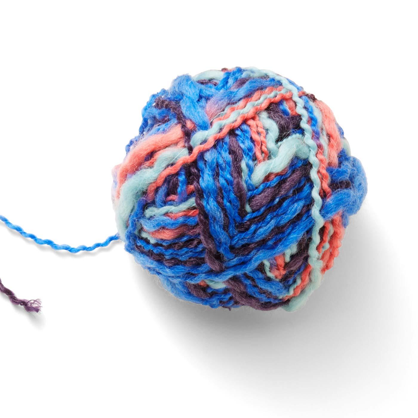 オリジナルカラーの段染め糸や単色糸は、毛糸の太さもさまざま。多少の失敗も目立たない毛糸を選びました。