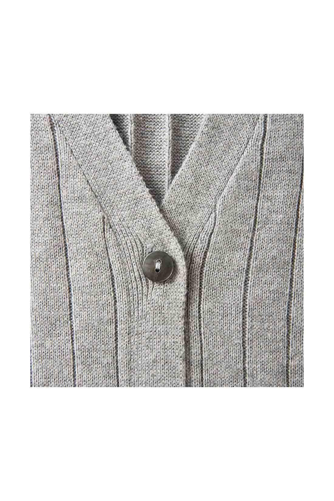 ディテールにもトレンド感をていねいに取り入れ、前立て幅をボタン幅よりも広めに設計。印象を引き締める貝調ボタン。 ※お届けするカラーとは異なります。