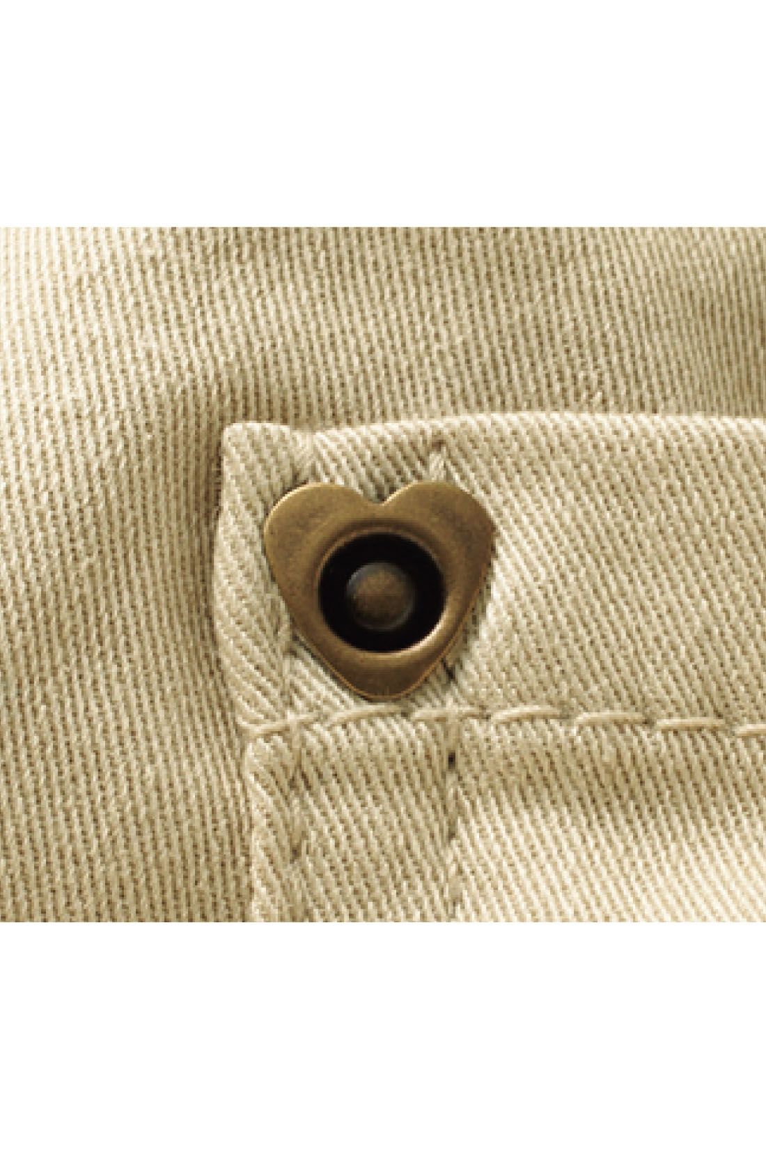 後ろポケットにあしらったリベットはハート形。