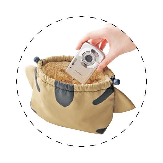 もふもふ生地がクッションの役割をしてくれるのでデリケートなカメラやスマートフォン入れにもどうぞ。