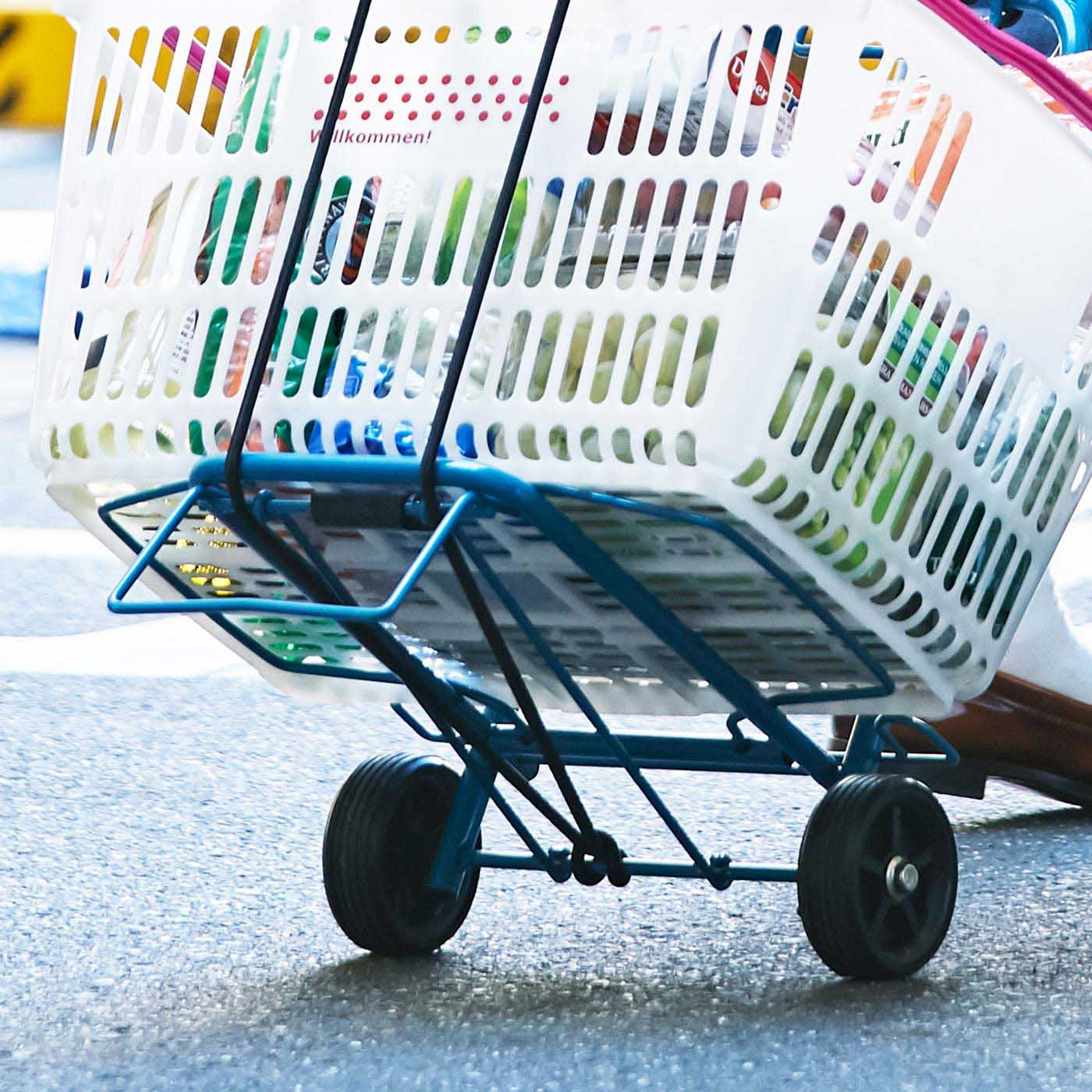 底部分が横に広がって、幅広の荷物でも積みやすい。