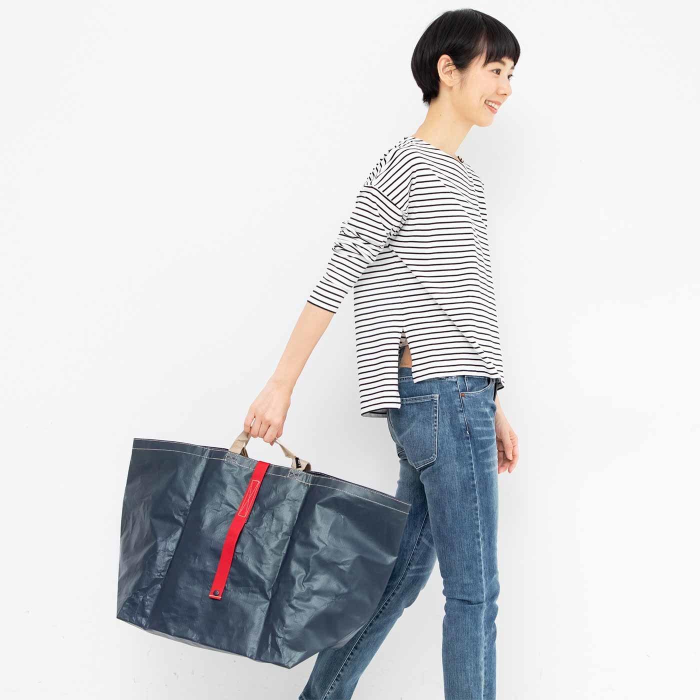 日常からアウトドア使いまでOK 万能ポリエチレントートバッグ〈ネイビー〉
