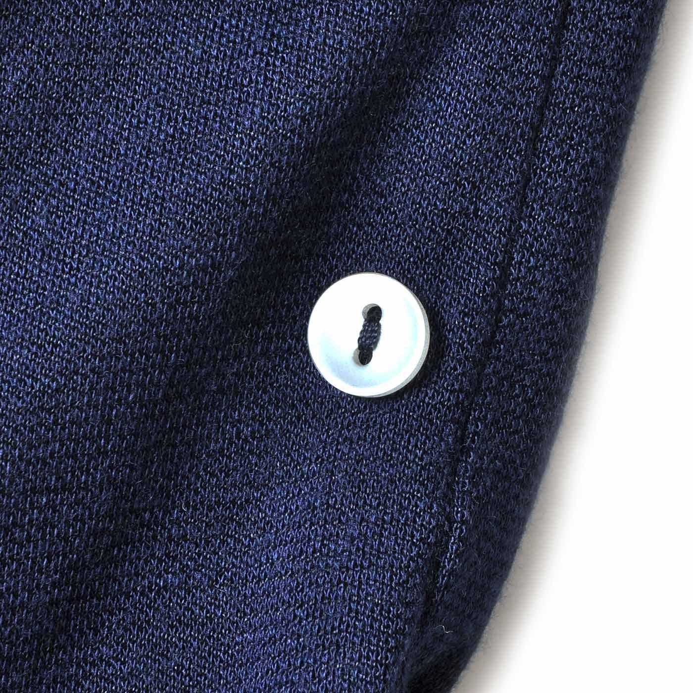 首もとにはかわいいシェル風ボタンのアクセント。