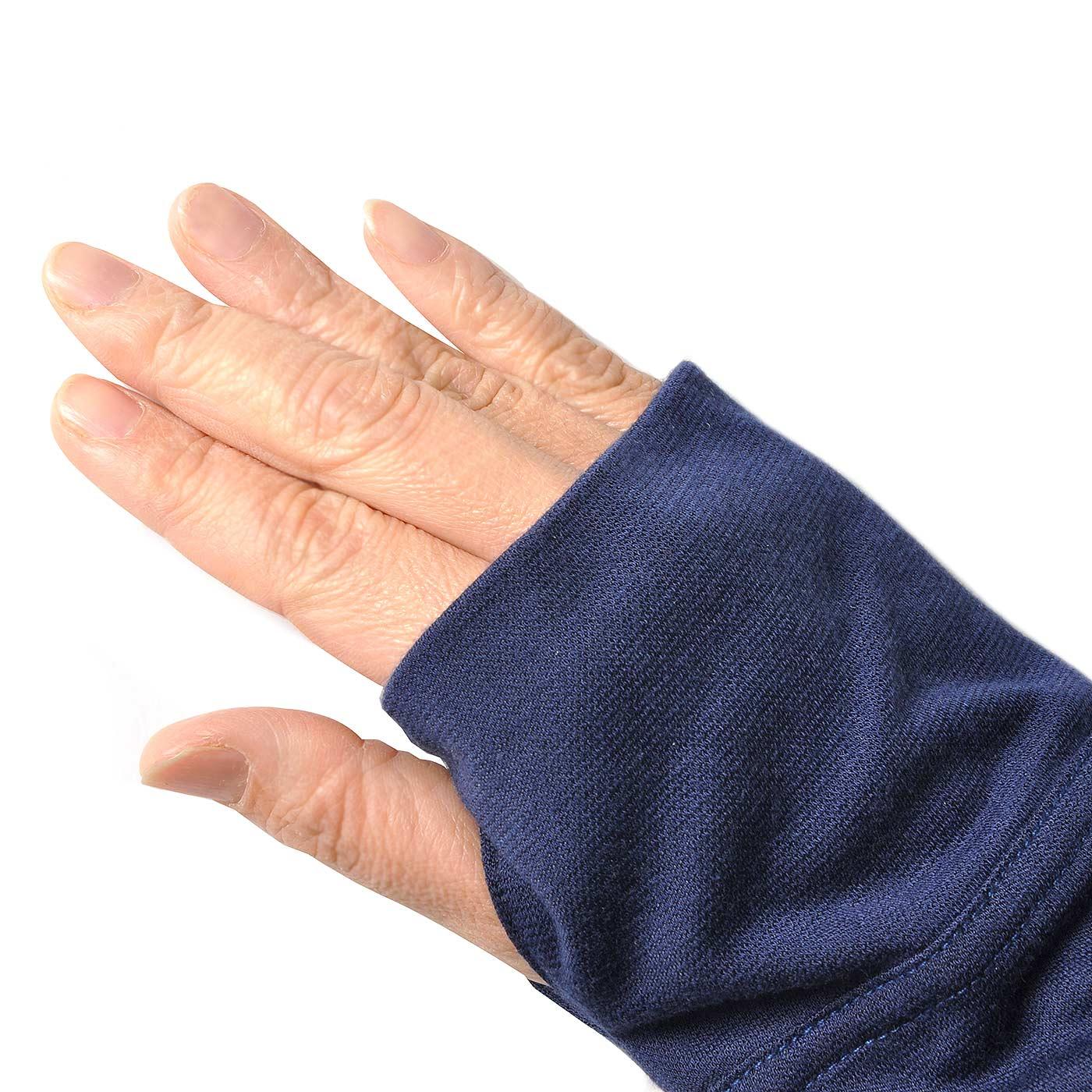 サムホール付きで手の甲まですっぽりカバーします。