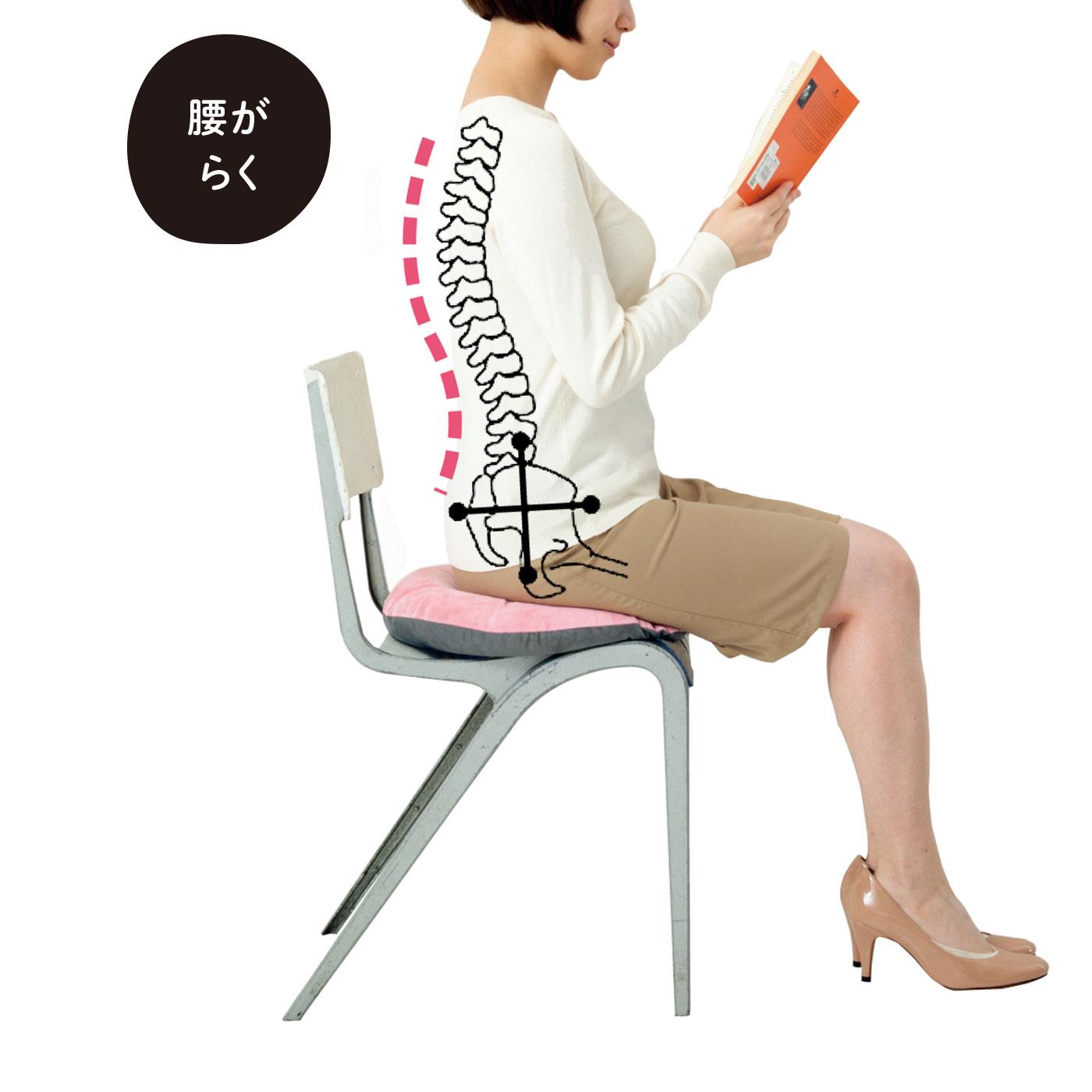 後ろに沈みがちな骨盤を立たせて、正しい姿勢をキープ。左右から太ももをしっかり支え、骨盤を安定させます。長時間座っていても腰がらくちん。