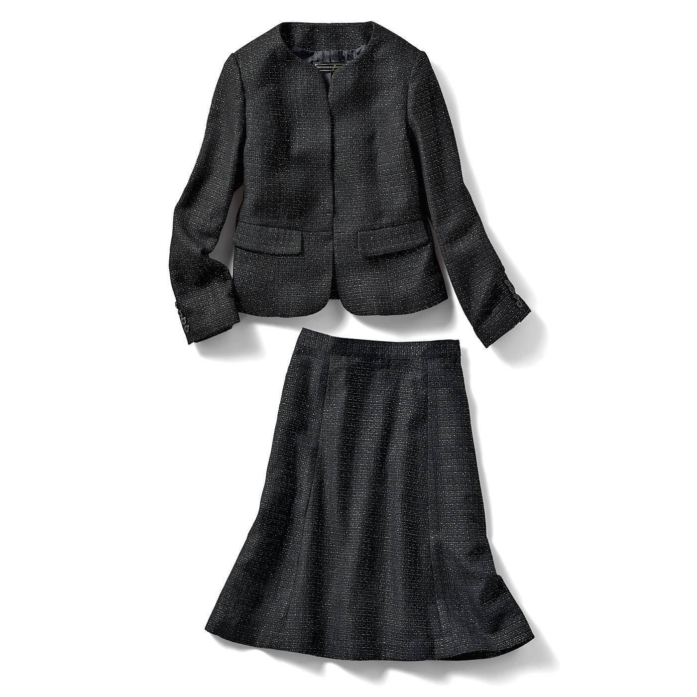 丸いカッティングが堅苦しさを感じさせないスタイリッシュなノーカラージャケット。インナーや衿もとの装飾で印象を変えられる、着回し力の高さが魅力。滑らかなフレアーラインが印象的なスカートは、大人好みのひざ丈だから、座った時も安心。