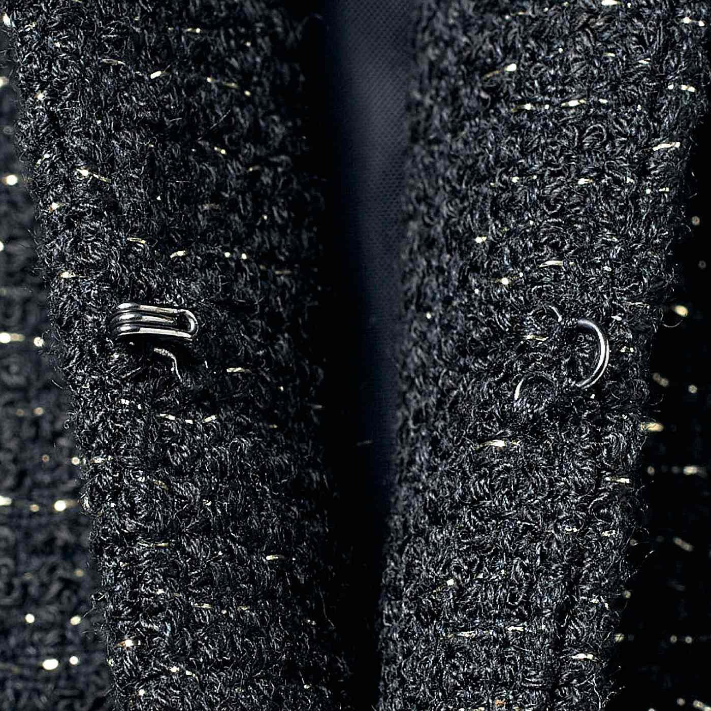 ジャケットは、すっきり感の際立つフロントホック仕様。
