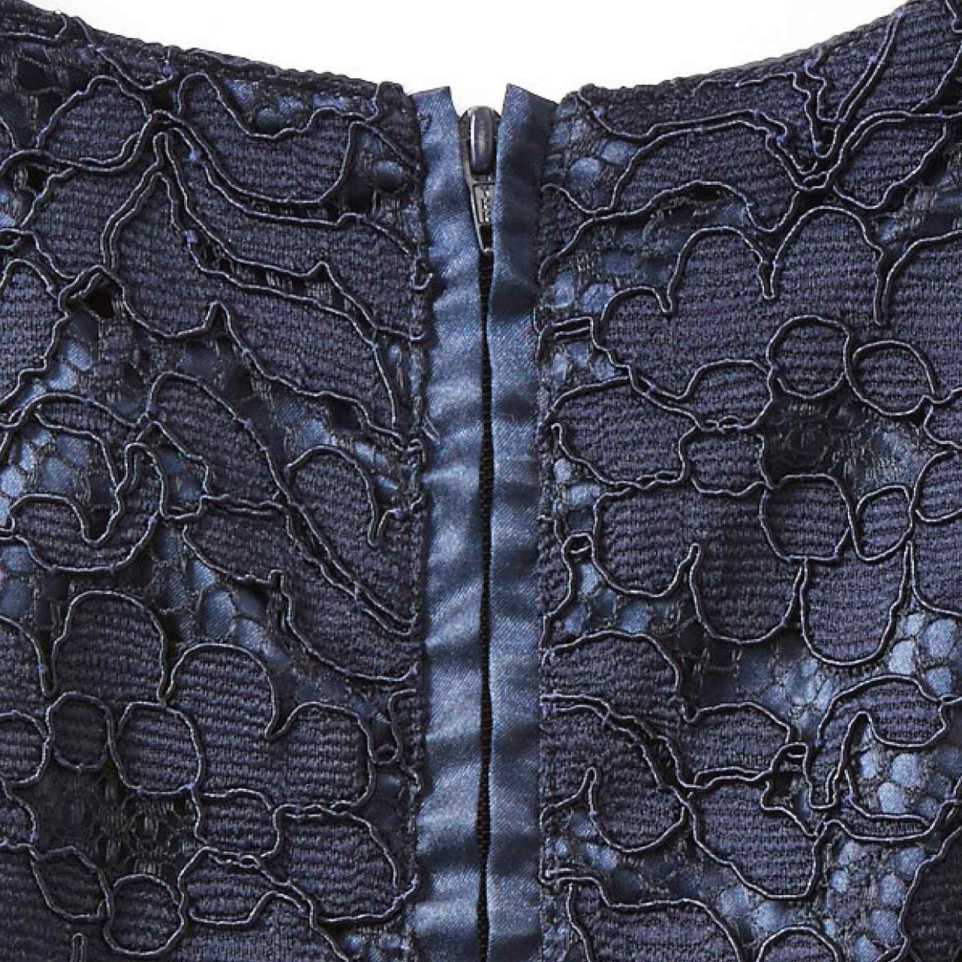 バックスタイルは、サテン遣いの印象的なファスナーが腰の下まで伸びるので着脱しやすい。
