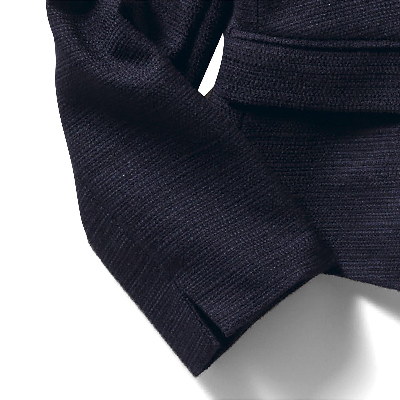 袖口のスリットが抜け感を演出してお仕事服や休日のよそゆきとしても着こなしやすいデザインです。