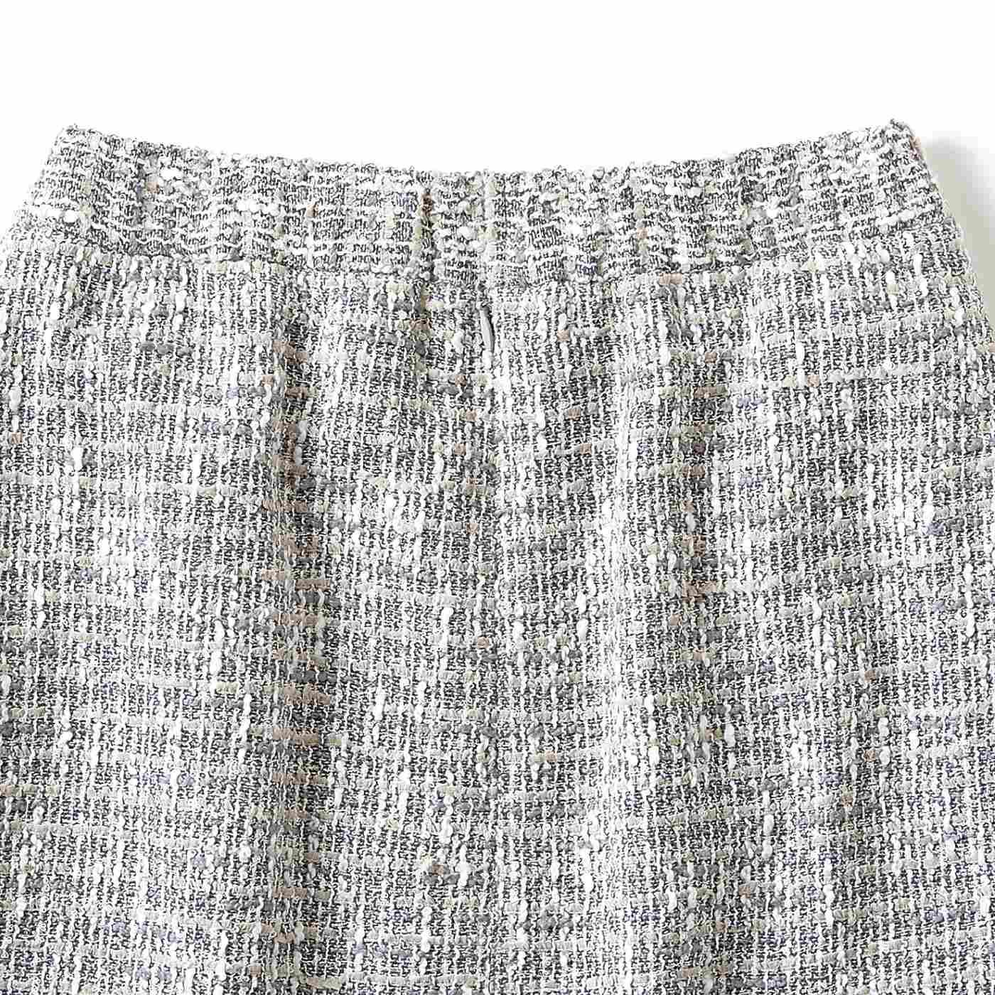 ウエストは後ろゴムで快適。ファスナー+ホック仕様のスカートは、ウエストの後ろ部分にゴムを使うことでストレスの少ない着用感を実現。