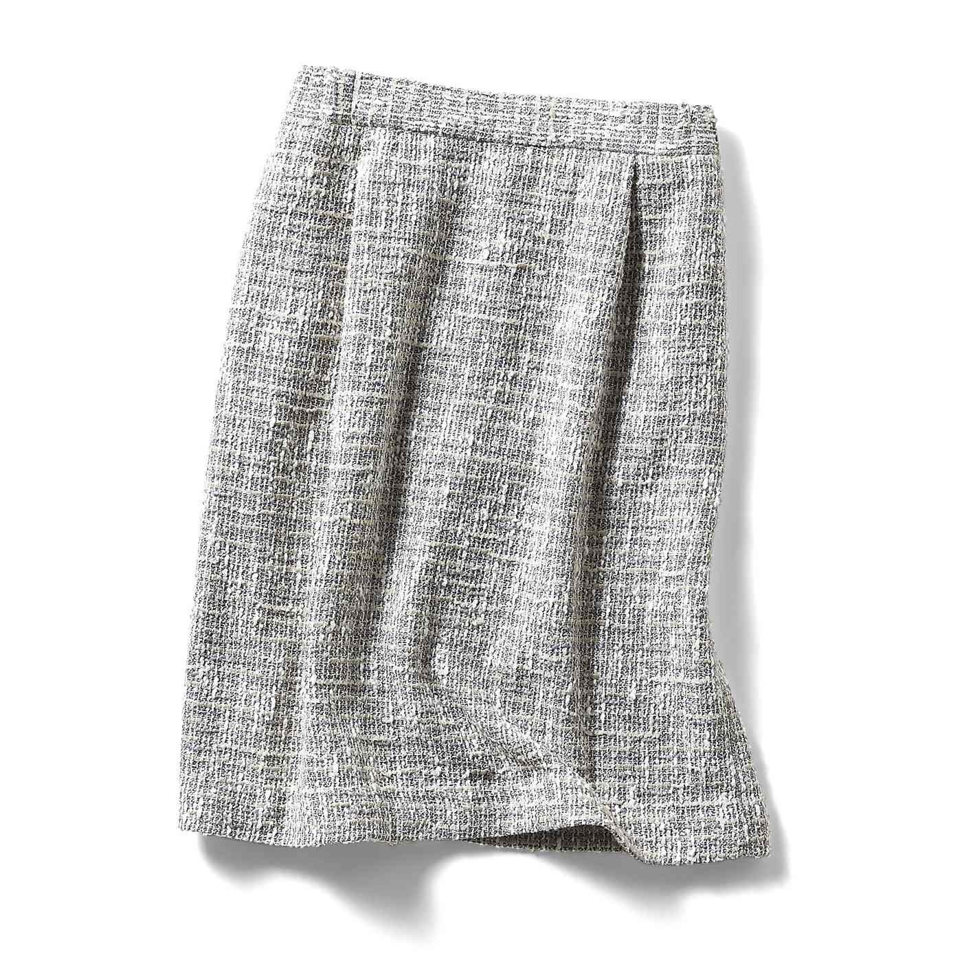 後ろベンツで脚さばき良好。きちんと見えて着回しやすいセミタイトのスカートは、後ろベンツ入りで動きやすい。