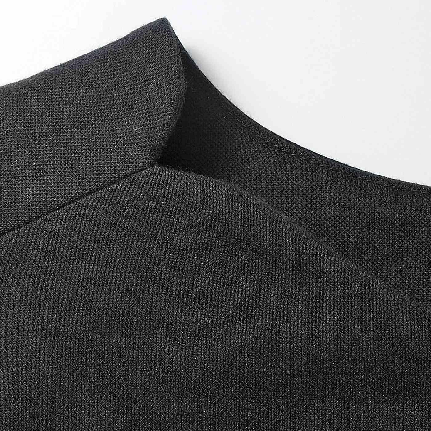 小さくスリットを入れた衿ぐりのカッティングが印象的。