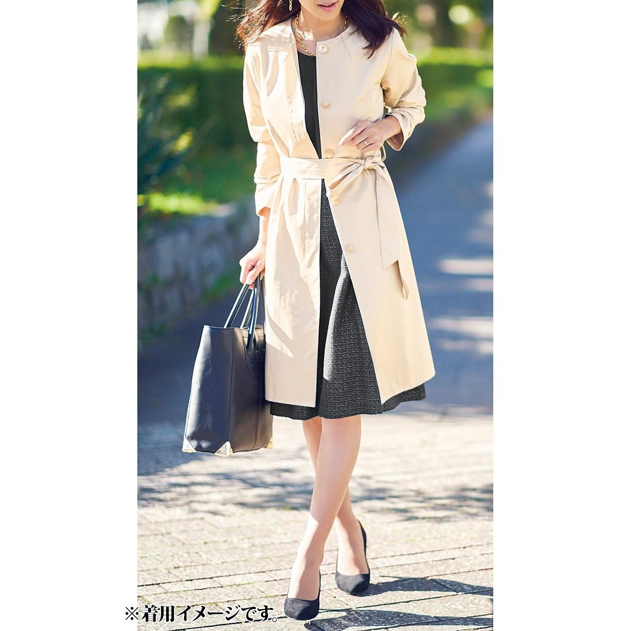華やかなベージュなら、エレガントな雰囲気に。ひざ丈スカートとのバランスが美しい丈感。ベルトを結べば、こなれた女性らしさが出せます。
