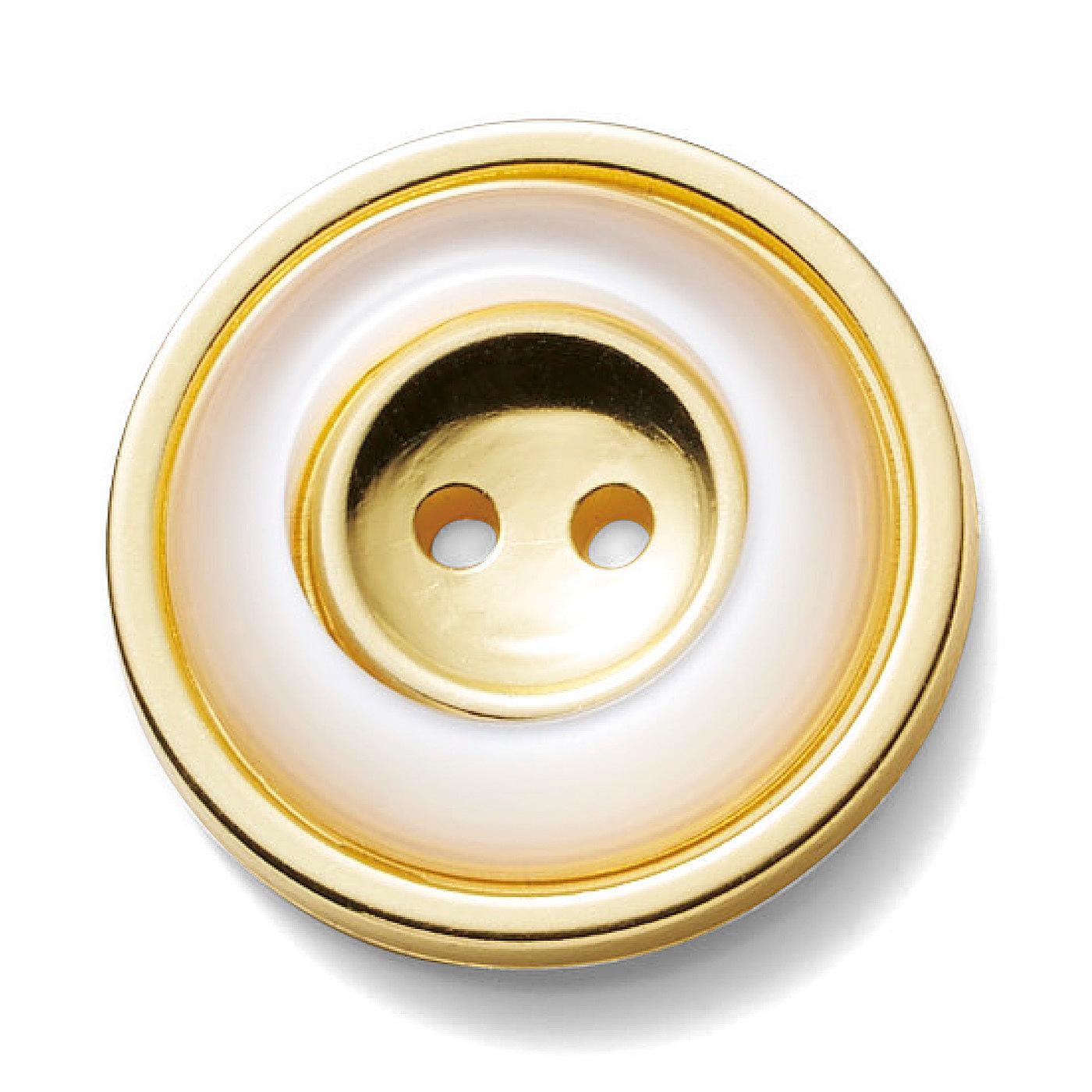 【ポイント2:第一ボタンはアクセサリー感覚で。】衿ぐりにはボタンとダーツのアクセント。ノーカラーでもインナーがチラ見えしない、詰まり具合がいい感じ。