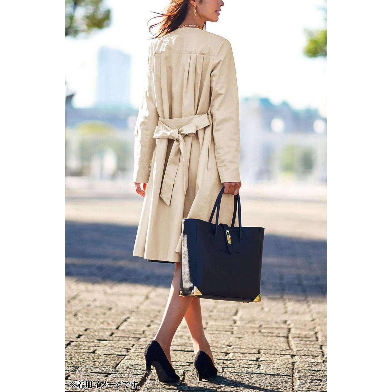 美シルエットのヒミツは背中のタックプリーツ。スーツの上に羽織ってもタイトにならない、ゆったり仕立てのらくちん美シルエット。後ろのタックやベルトなど、計算づくしのこだわりが満載。