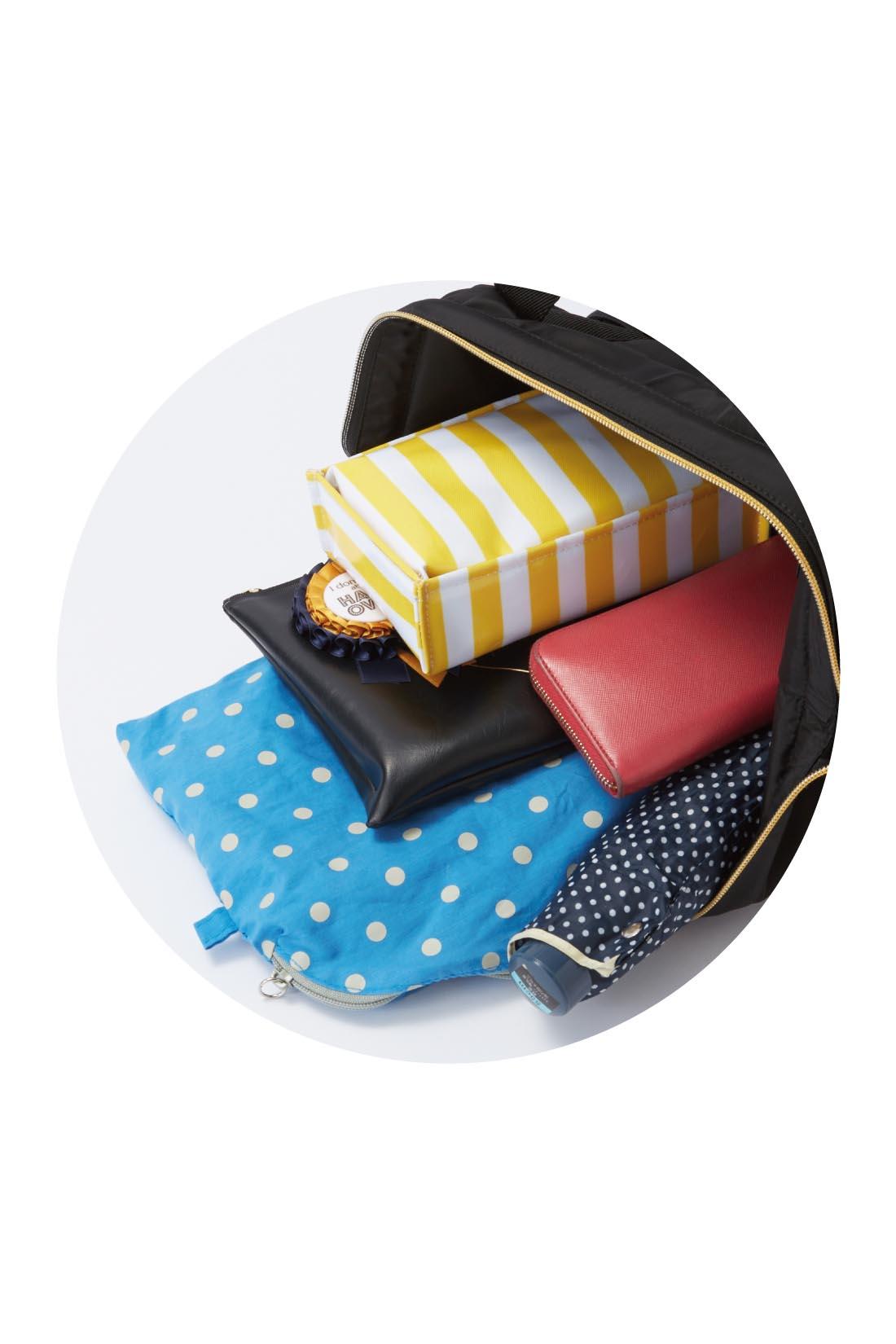 A4サイズもらくらく入り、中にも外にもポケットがいっぱいで、小物整理がらくちん! ※お届けするカラーとは異なります。