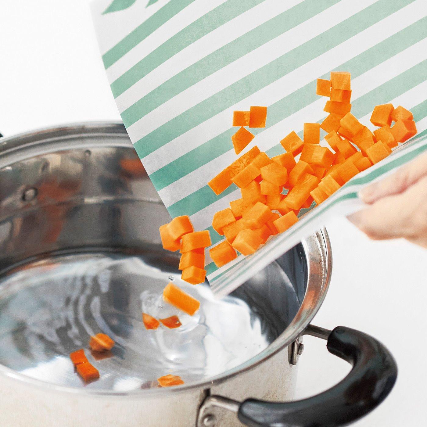 具材を切ったら、シートから鍋にスライドイン!