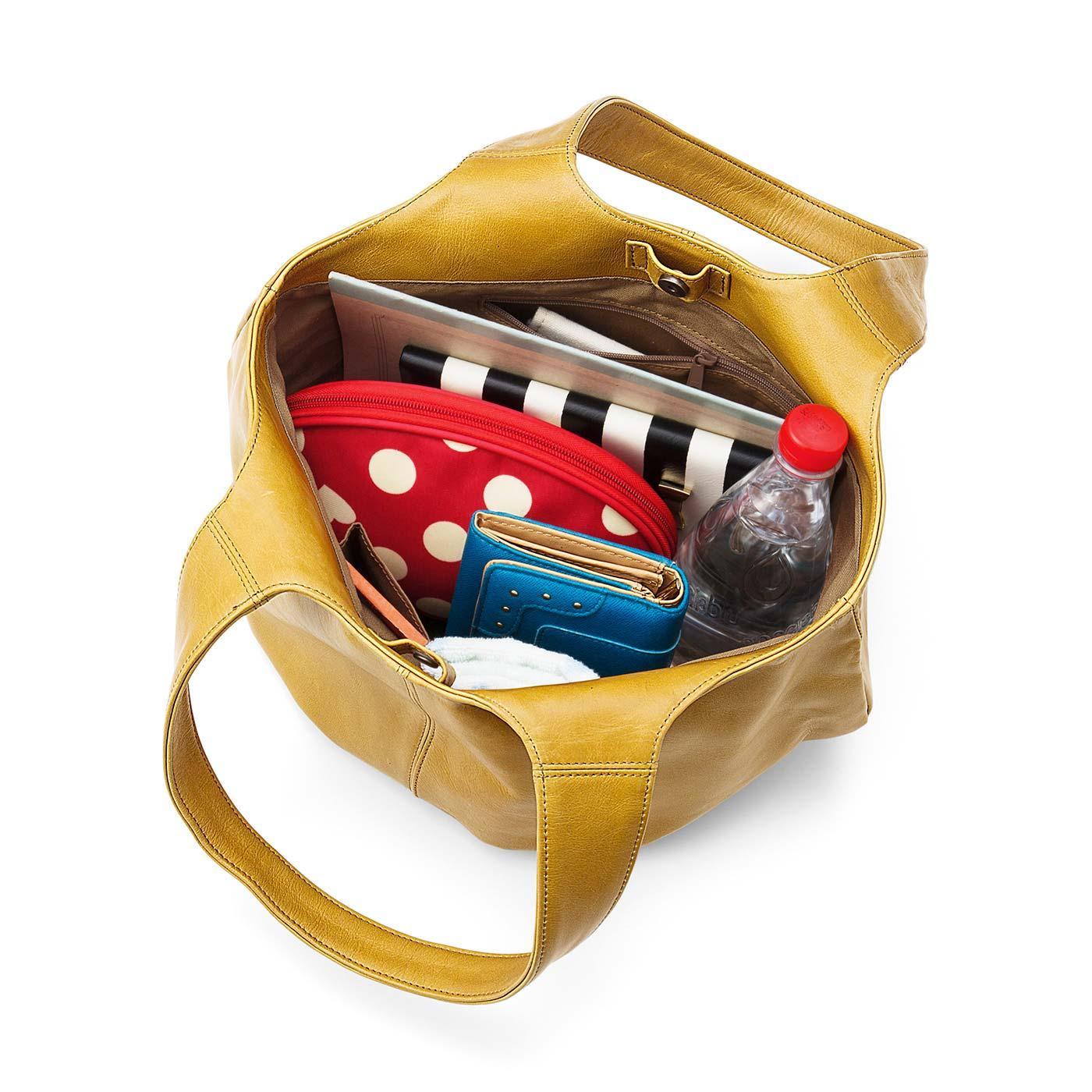 お仕事アイテムもお弁当&ペットボトルもすっぽり収納。内側には小物の整理に便利なポケットが3つ。