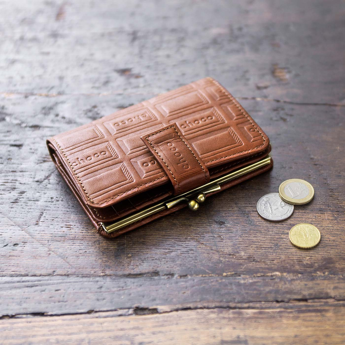 コンパクトな折り財布。女性の手にもなじみやすい。