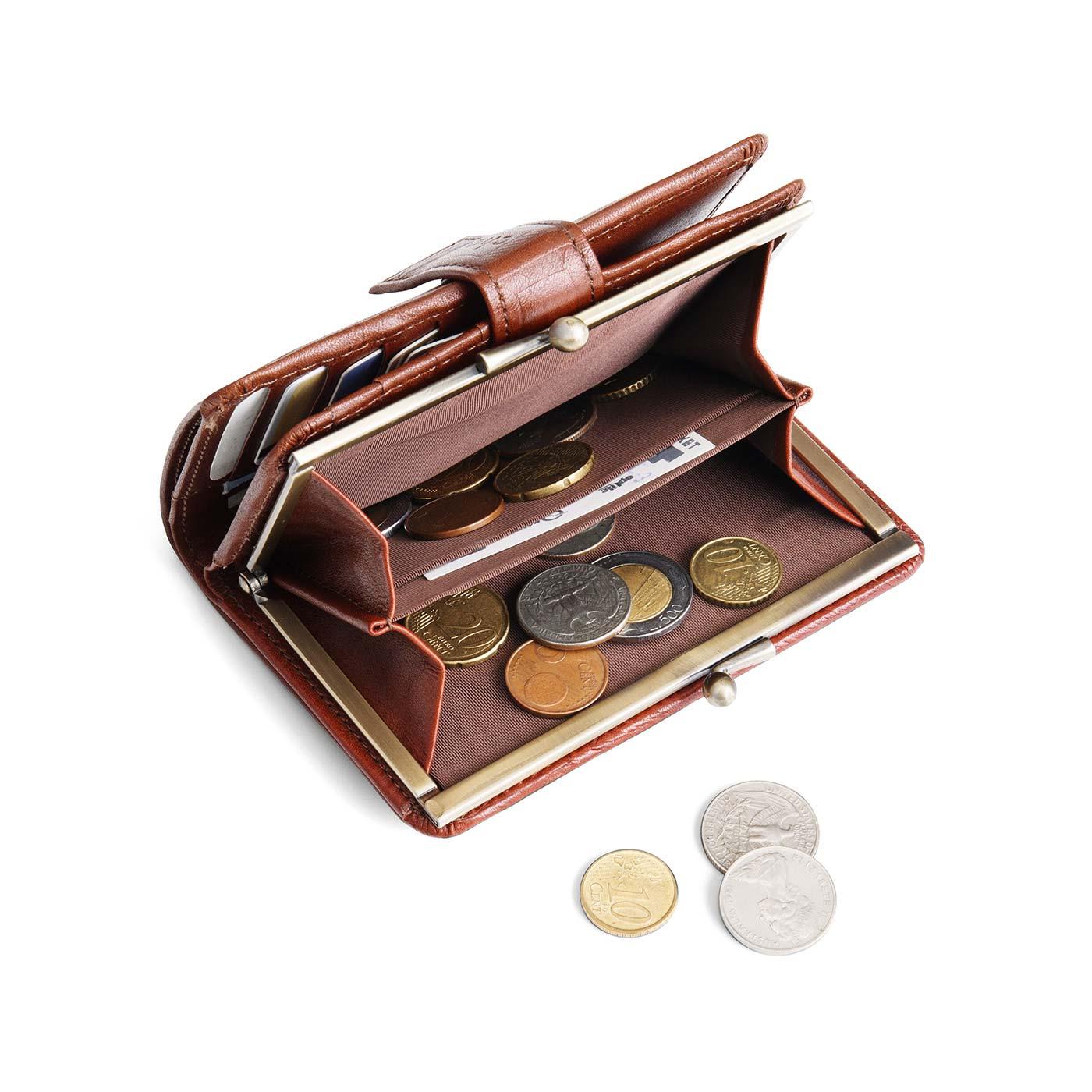 小銭入れは大きく開くがま口タイプ。