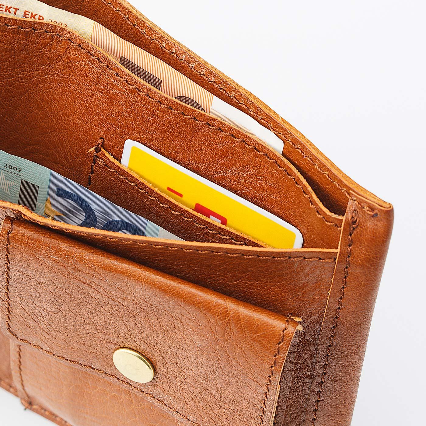 お財布のまま改札が通れる、ICカード用ポケット付き。