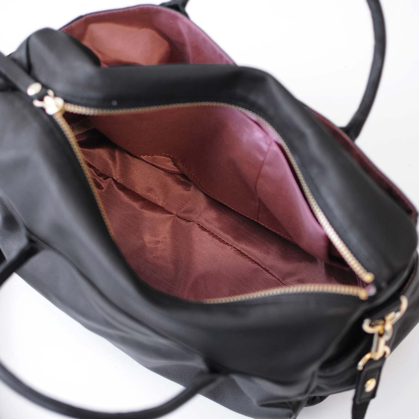 内側にもポケットが3つ。 光沢のある上品なピンクの裏地。