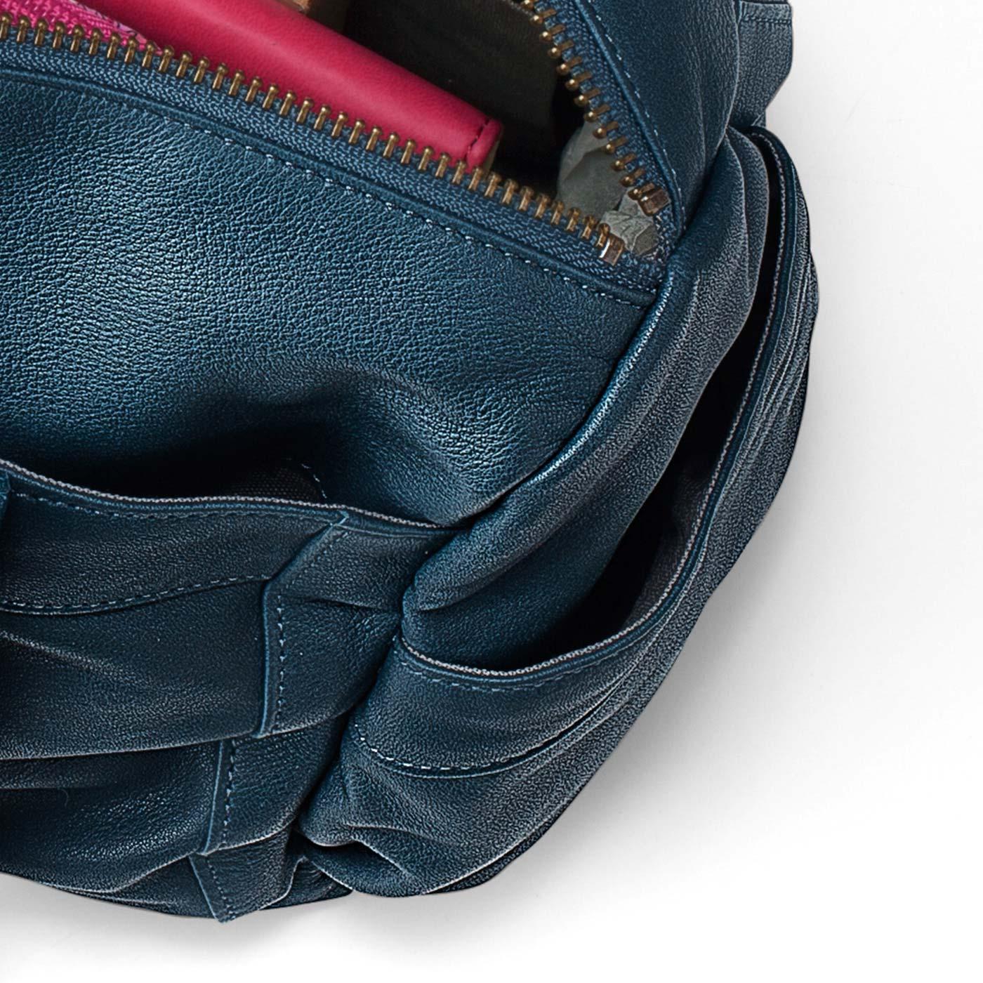 側面にあるオープンポケットは小物収納に便利。