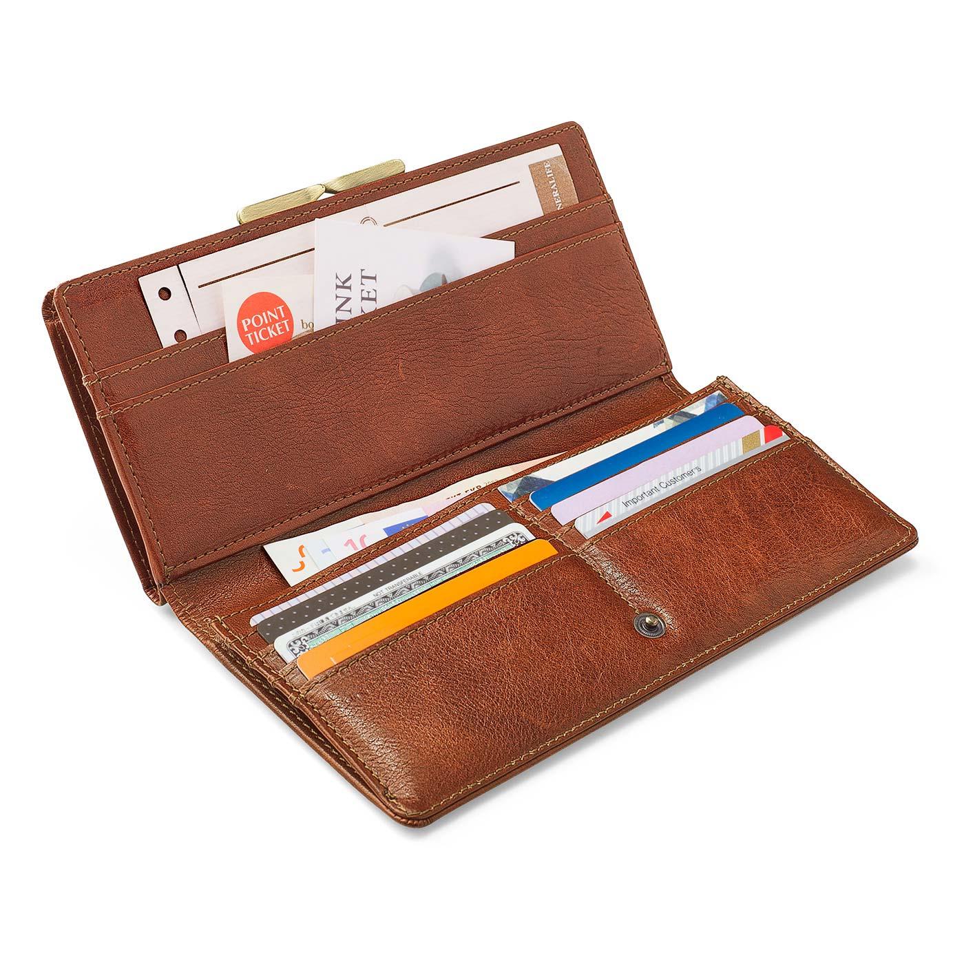 チケットやクーポン入れに便利なワイドポケットに加えて、8枚収納できるカードポケットも付いています