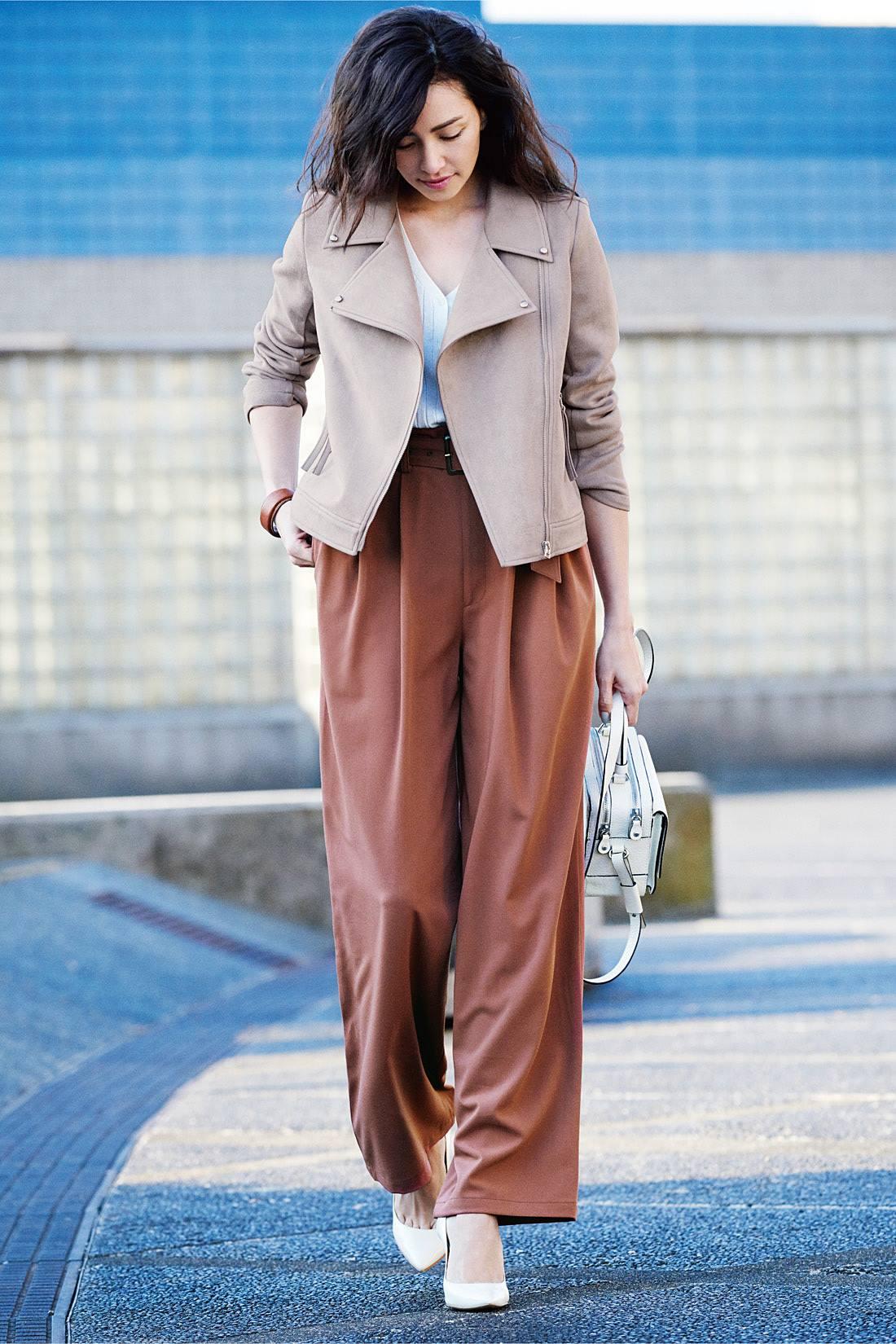 どんなパンツも女っぽく洗練 ゆったりとしたワイドパンツやシンプルな定番デニムに合わせても、ジャケットの淡いカラーとやわらかな素材感が女らしさを引き出してくれる。