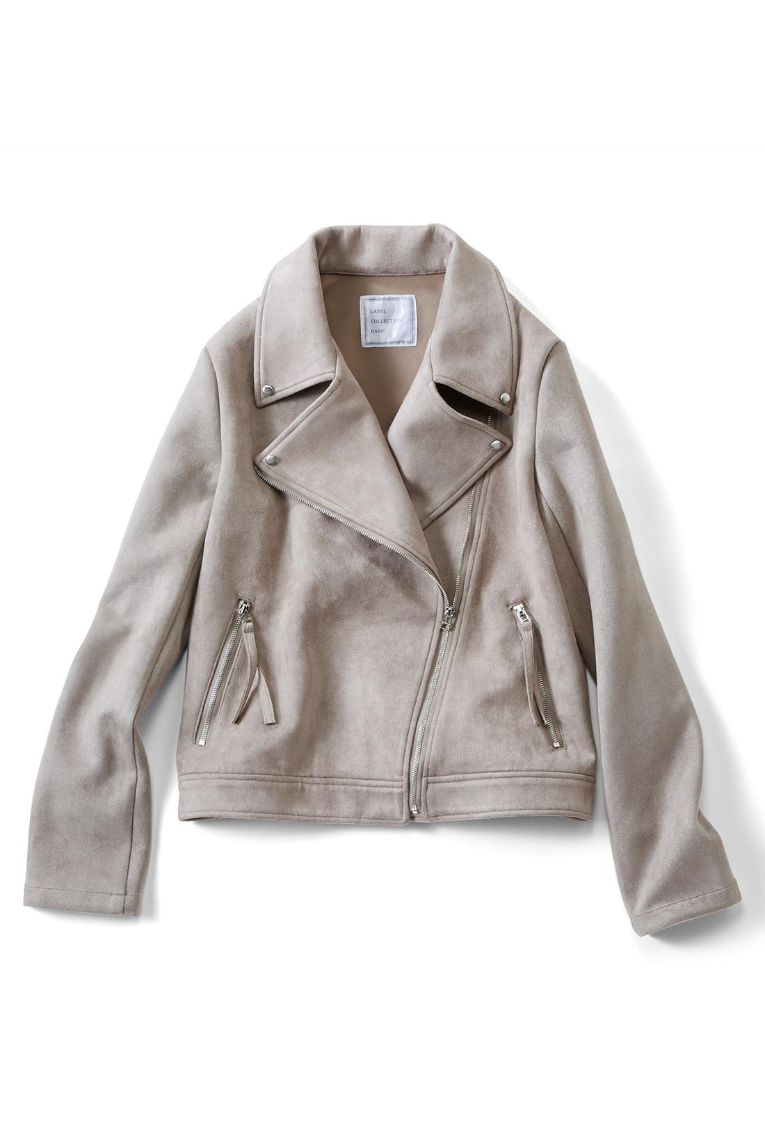 ウエストベルトやポケットを減らしてソフトに ハードな印象のウエストベルトや胸ポケットは省いて、シンプルで洗練感のある表情に。 ※商品の色味はこちらをご参考にされてください。