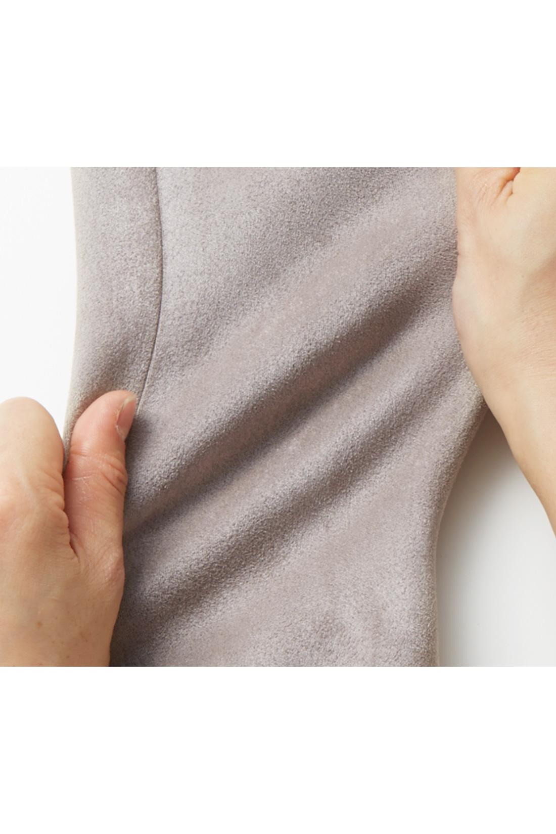 シルエットはコンパクトでもストレッチで快適 からだをきれいに見せる、やや細身のシルエットながら、ストレッチ素材で窮屈感なし。