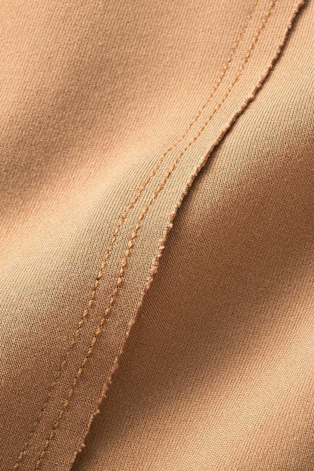 からだのラインを拾いにくいほどよい張り感と、ストレッチがきいたポンチ素材。