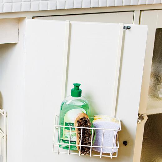 高さのあるボトルを入れても扉が閉まる、ロングハンガー設計。 深めのかごでバラつきやすいアイテムの収納にもぴったり!