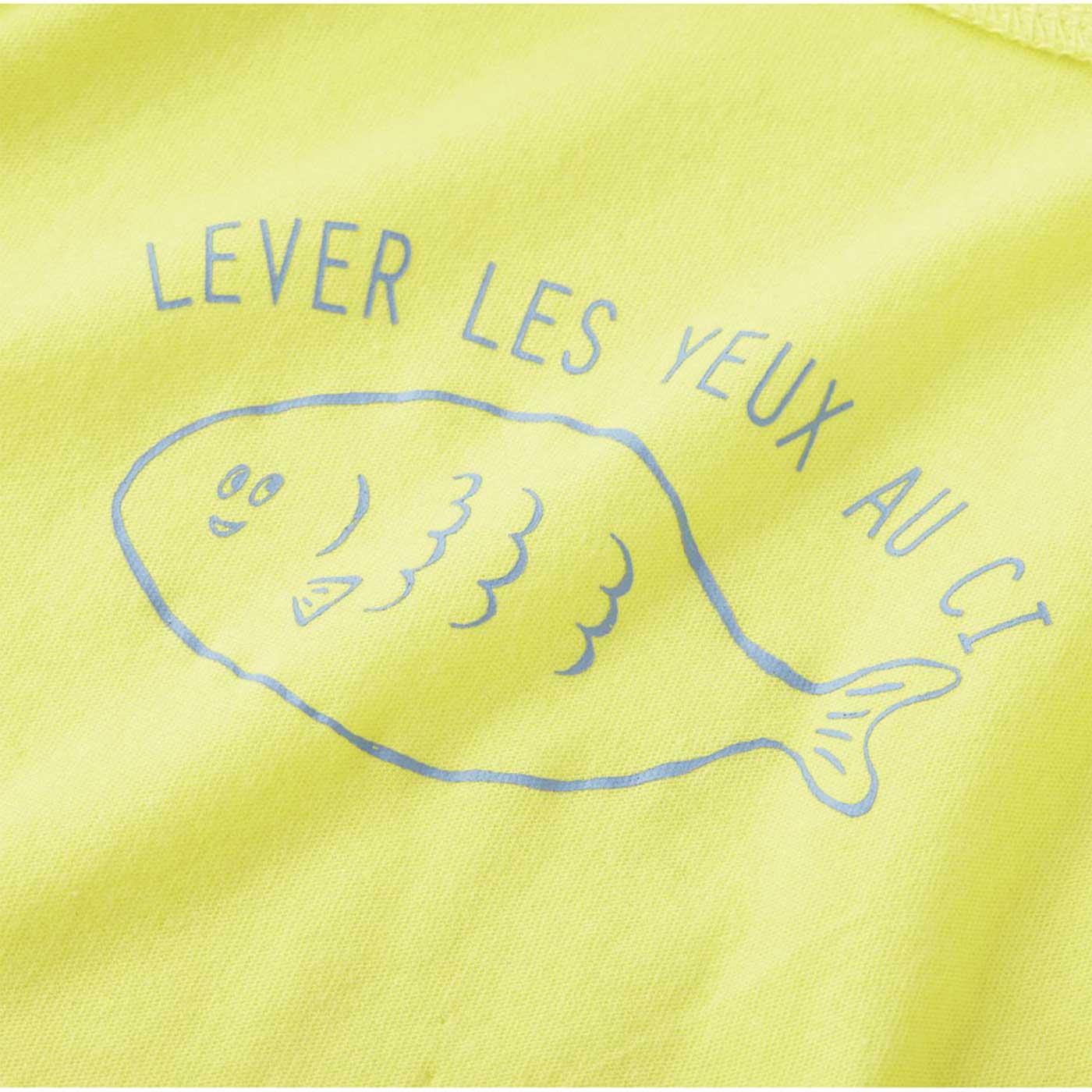 首もとには脱ぎ着が楽しくなる魚のイラスト。