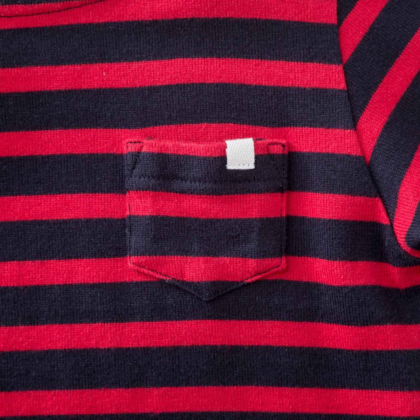 ポケットには、服に穴を空けずに名札が通せるテープ付き。