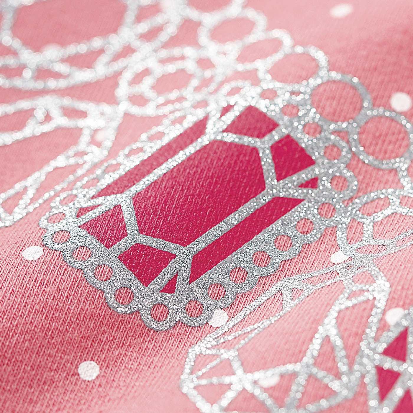 胸もとのネックレスは、キラリと光るラメプリント☆