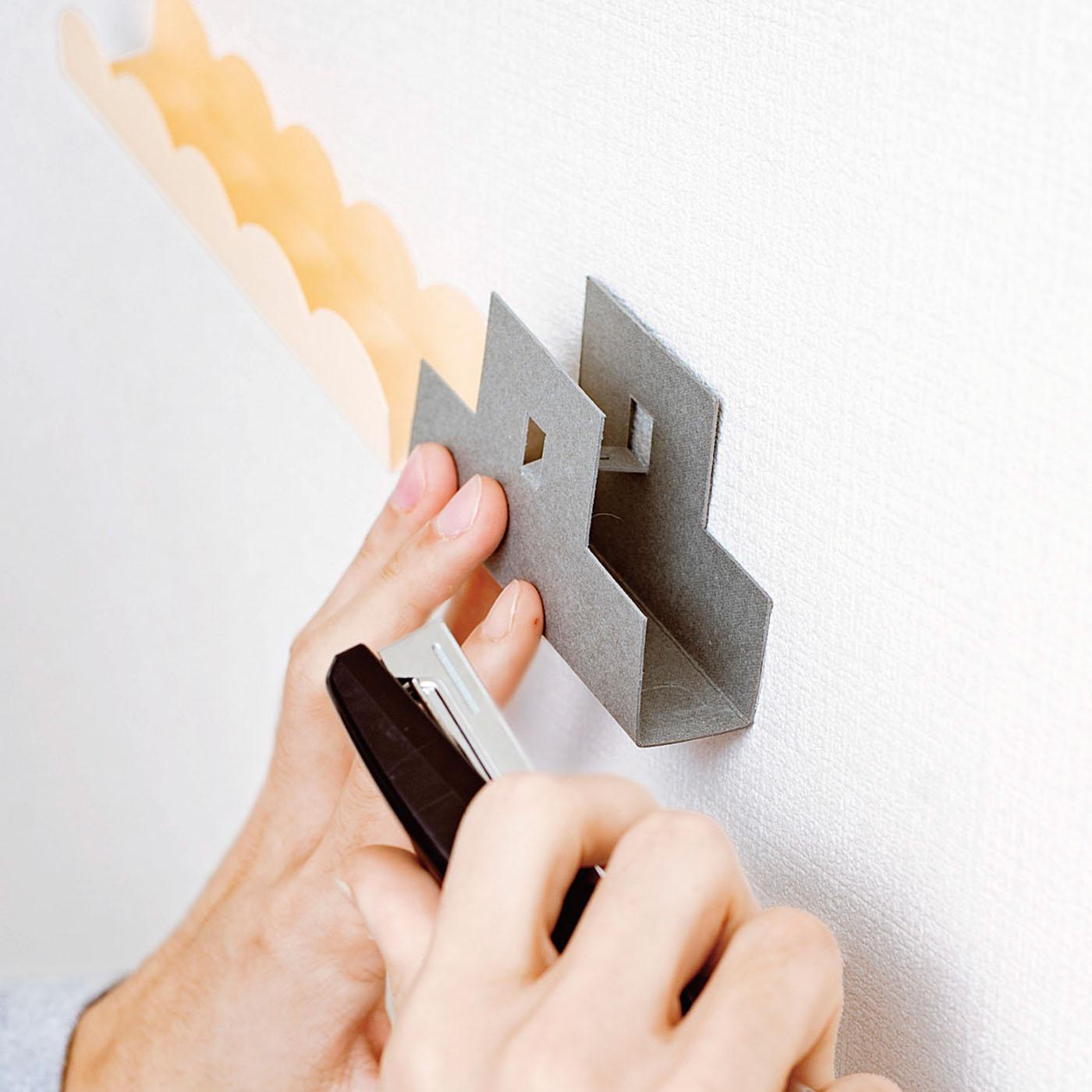 ステープラーを使って取り付けると、針の跡もほとんど目立ちません。(漆喰・硬い壁面は不可)