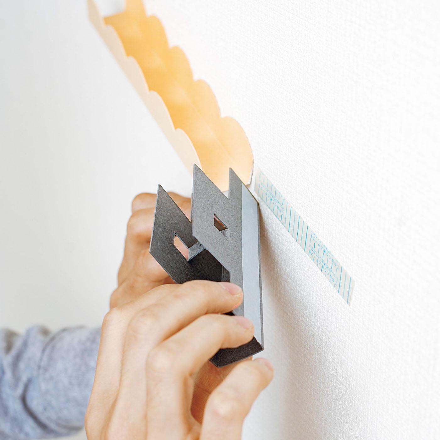 マスキングテープ+両面テープを使っても貼り付けられます。