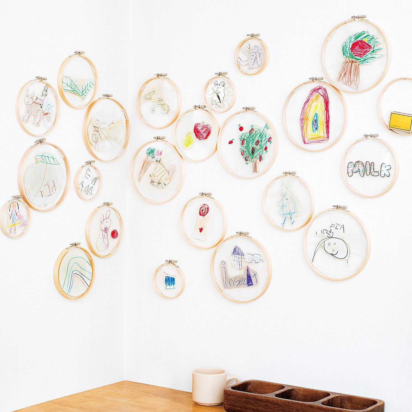 子どもの絵を切り抜いて飾って、お部屋をアートギャラリーに。