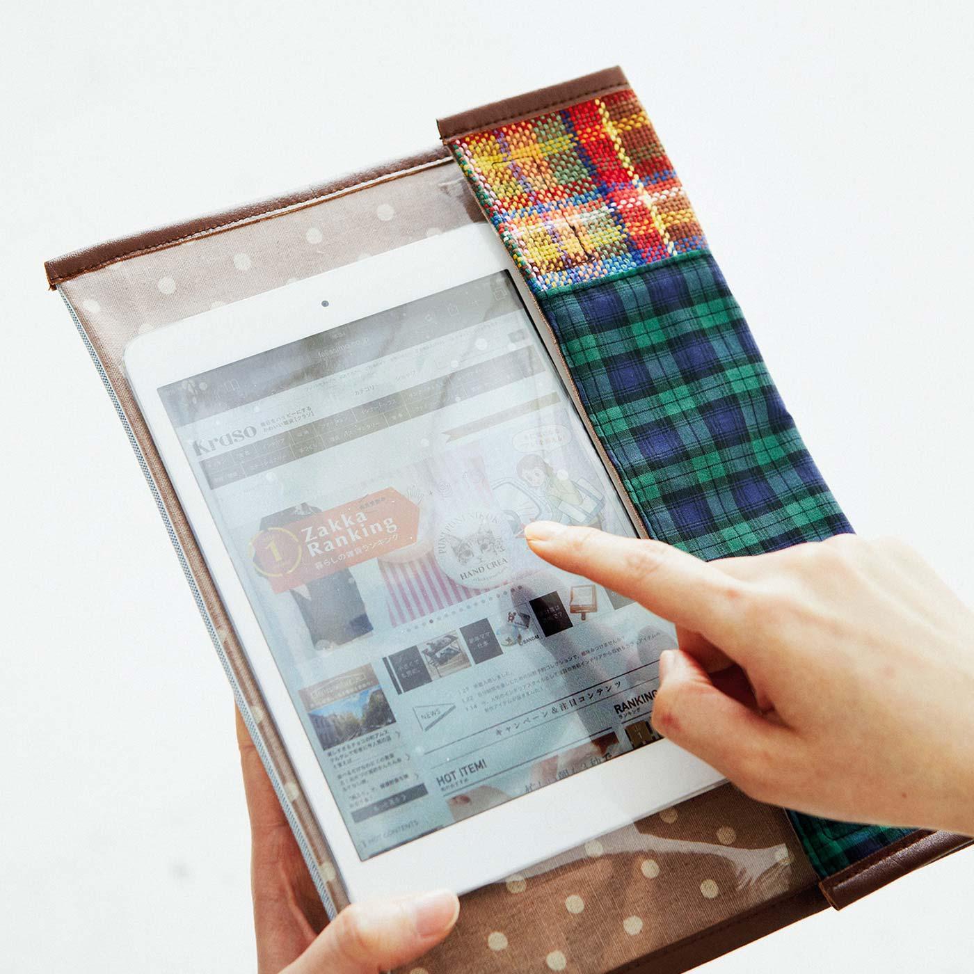 約8インチまでのタブレット端末が入るサイズ。透明シートの上から操作できるから、入れたまま検索もOK。