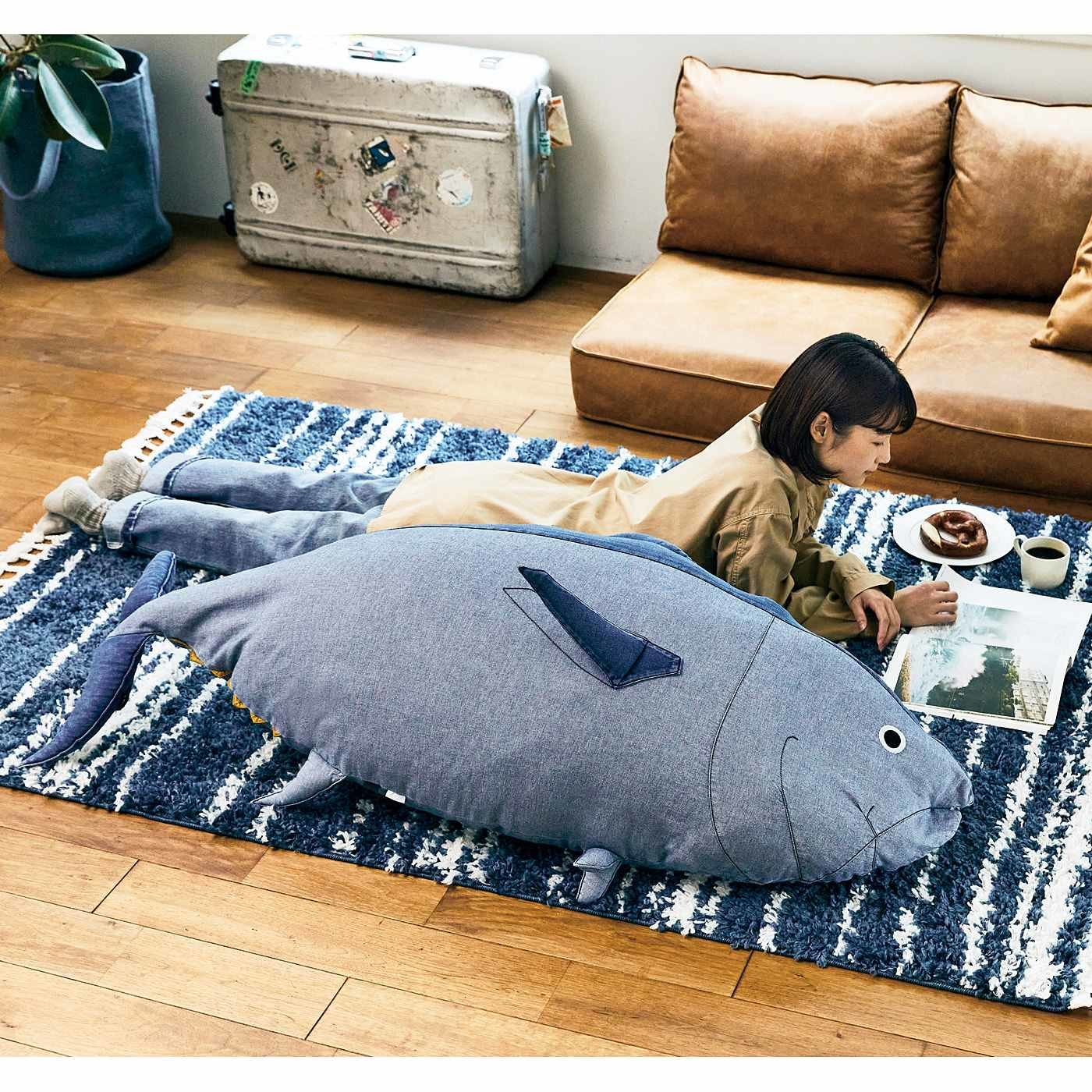 近畿大学水産研究所監修 成長3年目サイズ! デニムで作った近大マグロの布団収納クッションカバー〈メス・オーシャンライトブルー〉