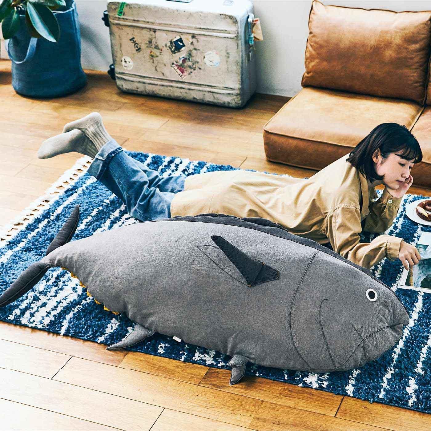 近畿大学水産研究所監修 成長3年目サイズ! デニムで作った近大マグロの布団収納クッションカバー〈オス・ディープシーブラック〉