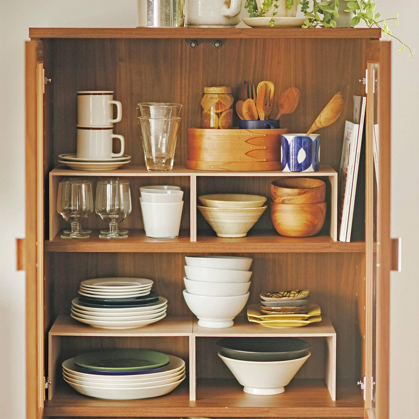 コの字棚で空間を上下に仕切れば食器棚のスペースを無駄なく使えてたっぷり収納。見つけやすく、重ねたお皿も取り出しやすくて便利。