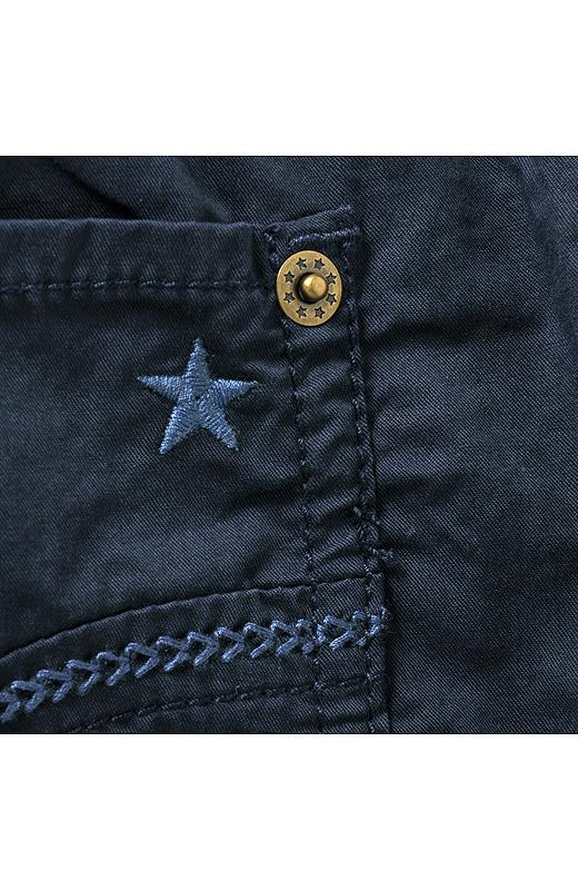 後ろポケットのリベットや星モチーフの刺しゅうがテンション上がるカワイサ。