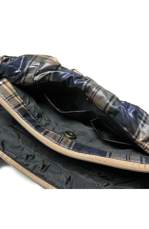 表面のポケットには、カギや携帯電話など小物が入る内ポケット付き。