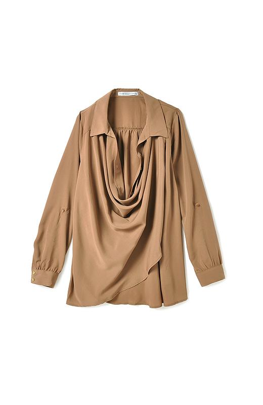 エレガントな雰囲気を楽しむ時は衿の下のボタンを留めてプルオーバー風に。