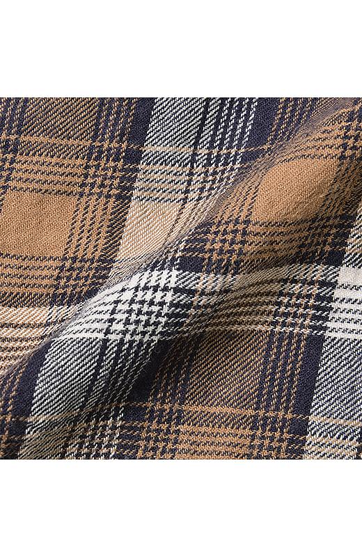 ポリウレタン糸を織り込むことで、風合いのあるしわ感が生まれます。