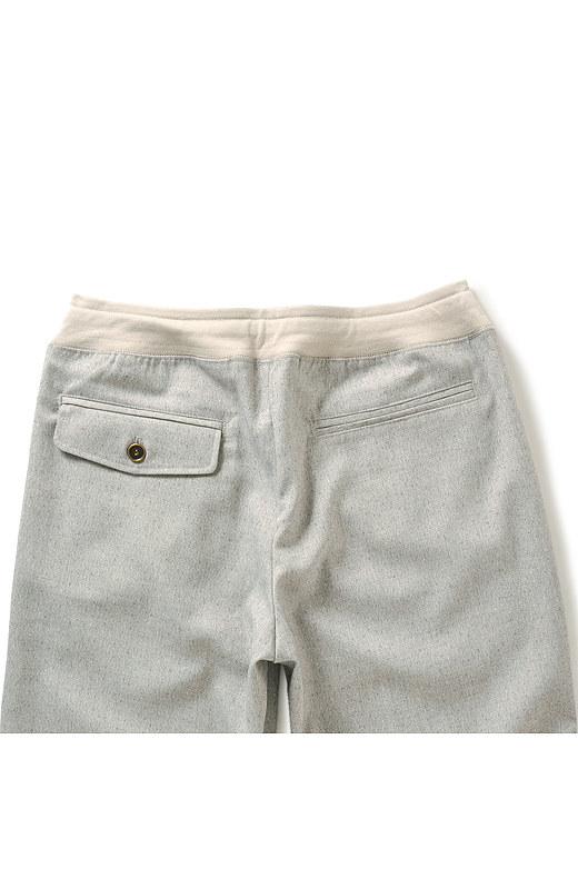 ヒップを小さく高く見せるポケット遣いでバックスタイルも美しく。