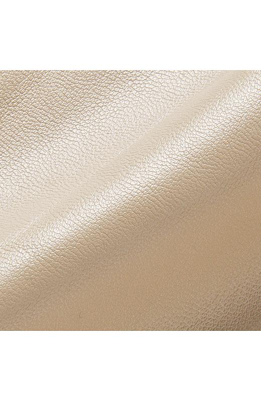 ラムレザー調のスムースな合皮素材はやわらかな肌ざわり。